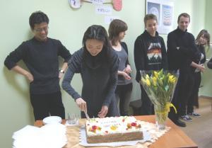 p-shiho-dzieli-torta-urodzinowego